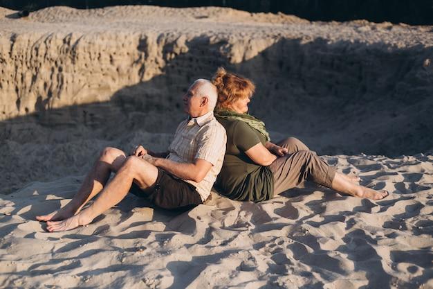 Oude man en oude vrouw, senior paar in de zomer in de zon