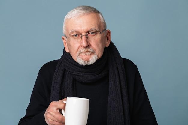 Oude man het drinken van thee portret