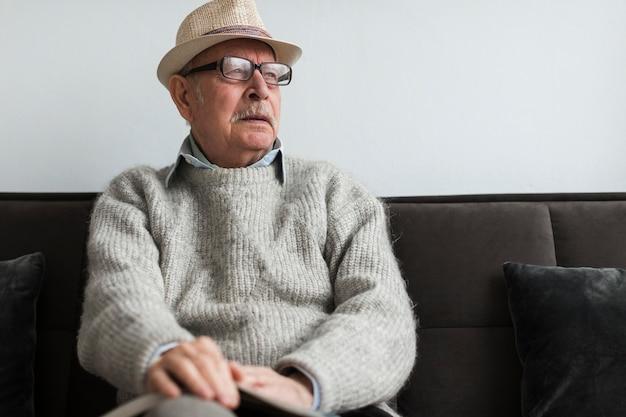 Oude man in een verpleeghuis