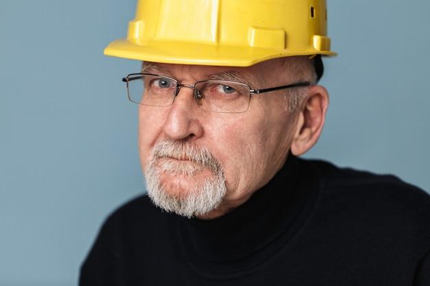 Oude man in veiligheidshelm