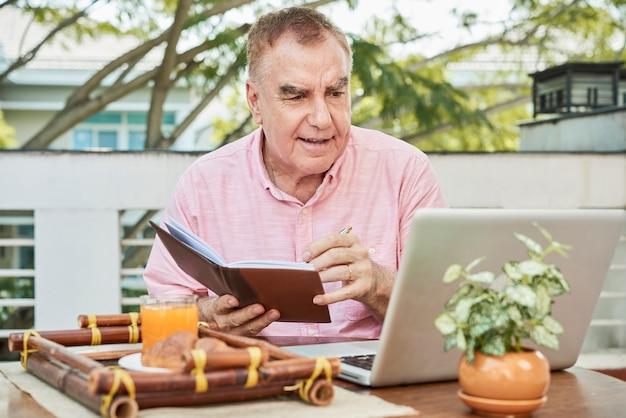 Oude man kijken naar lection
