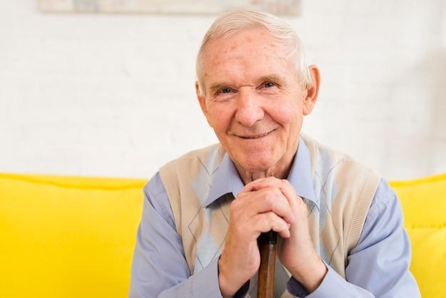 Oude man kijkend naar de camera