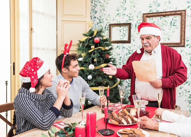 Oude man lezen van papier op kerst tafel