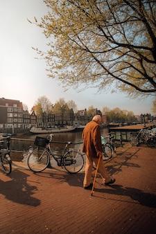 Oude man lopen in amsterdam