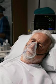 Oude man met ademhalingsproblemen in het ziekenhuis