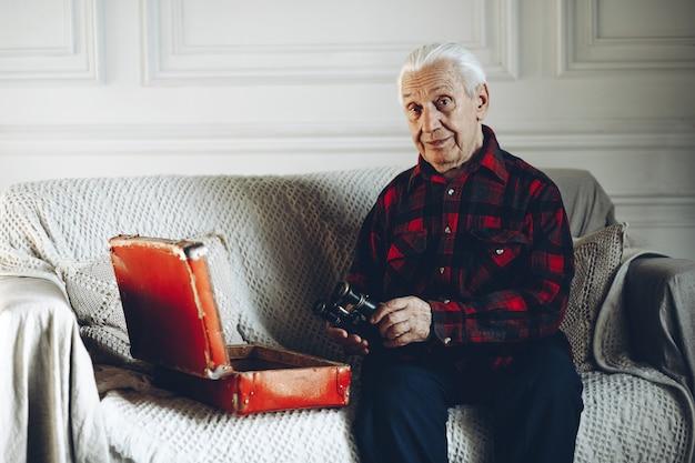 Oude man met een verrekijker