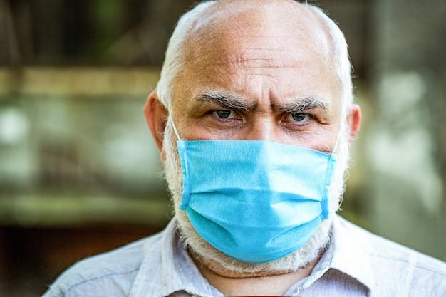 Oude man met gezichtsmasker