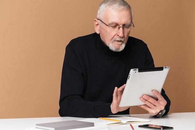 Oude man met tabletportret