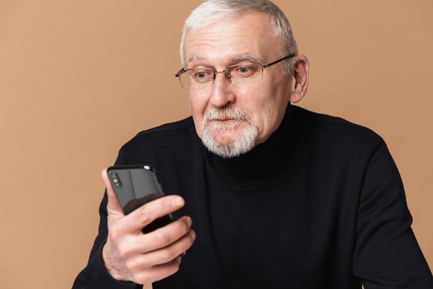 Oude man met telefoonportret
