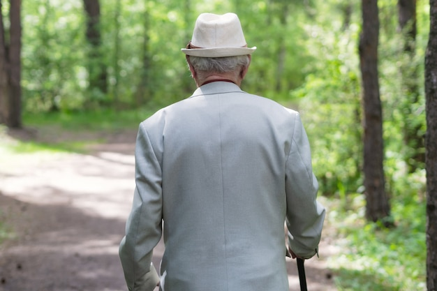 Oude man op bos