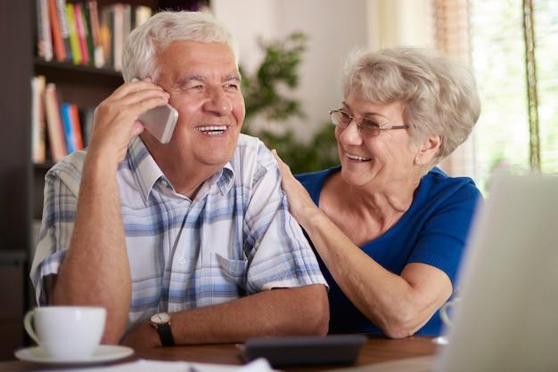 Oude man praten aan de telefoon