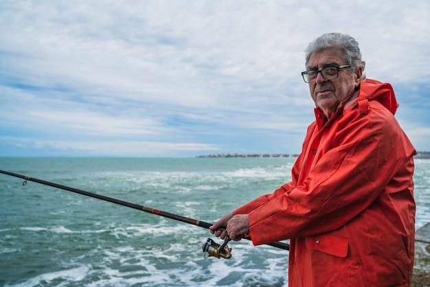 Oude man vissen in de zee.