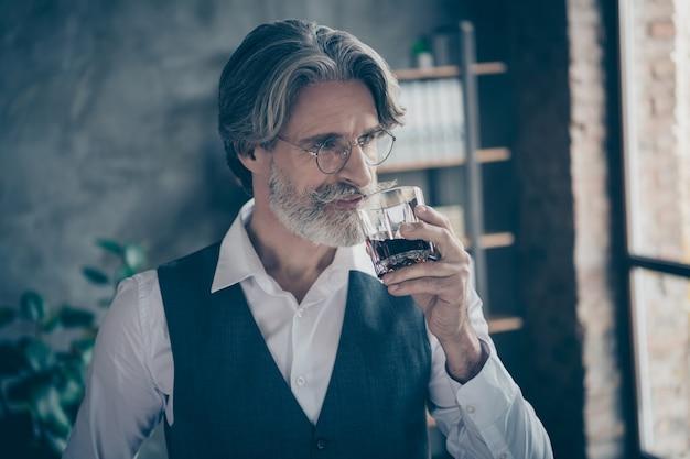 Oude man whisky drinken in kantoor