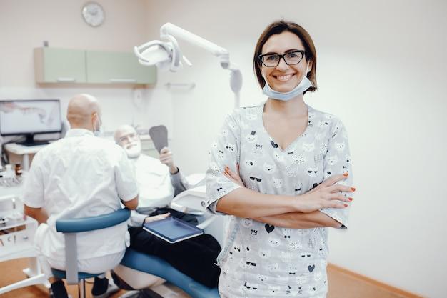 Oude man zit in een tandheelkundige kamer