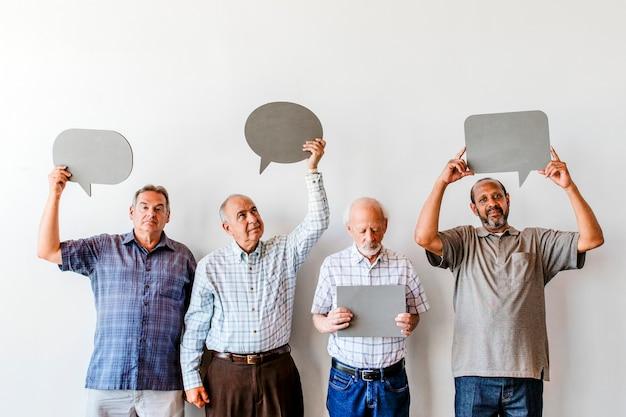 Oude mannen die lege bellentoespraken tonen
