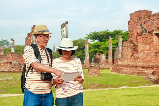 Oude mannen en vrouwen reizen naar ayutthaya.