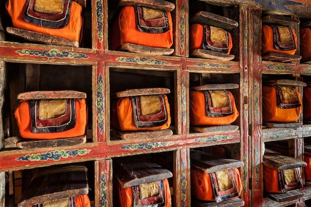 Oude manuscripten folios in bibliotheek van thiksey monastery. ladak