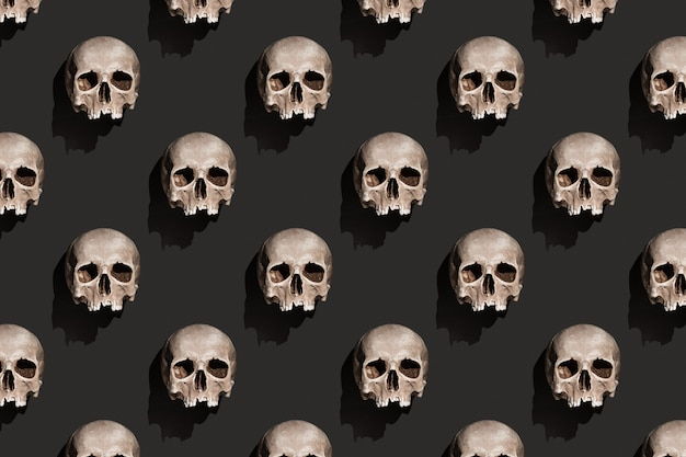 Oude menselijke schedel met schaduw op zwarte achtergrond abstract patroon.