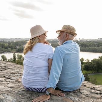 Oude mensen kijken elkaar tijdens het bespreken aan
