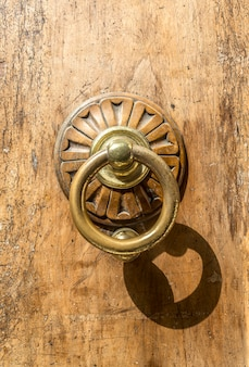 Oude metalen deur klopper close-up