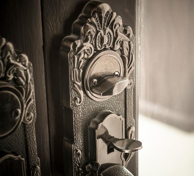 Oude metalen deurkloppers