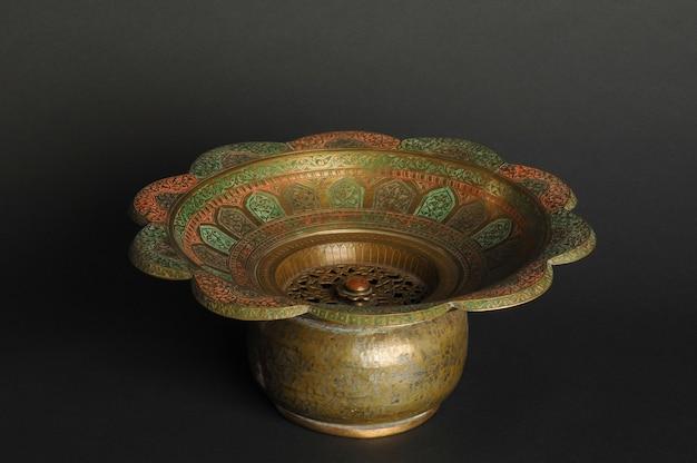 Oude metalen kom op donkere achtergrond. antiek bronzen servies