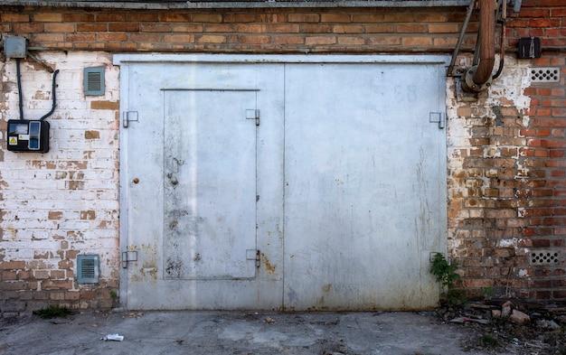 Oude metalen magazijndeur hangar
