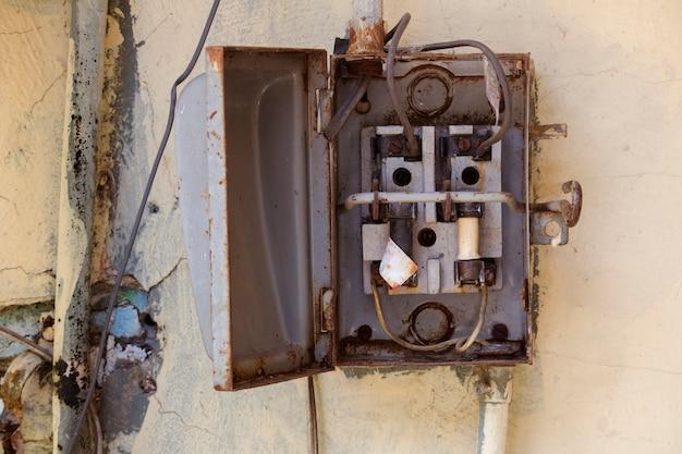 Oude metalen open zekeringkast