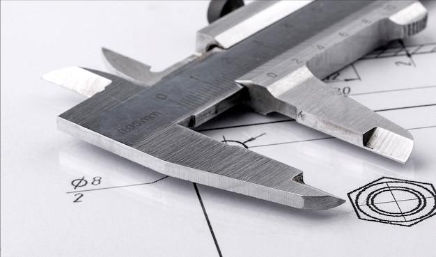 Oude metalen remklauw en technische tekening