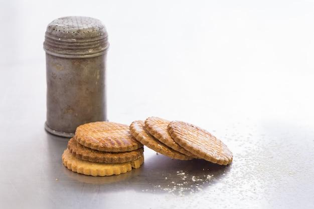 Oude metalen suikerpot met koekjes, allemaal hobbelig