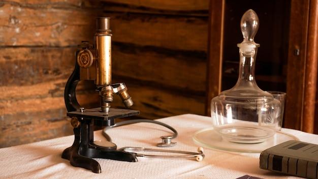 Oude microscoop in een oud authentiek laboratorium