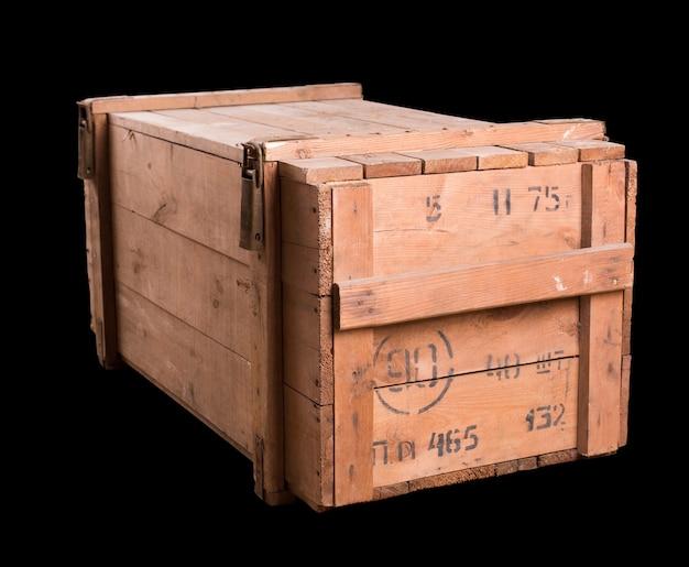 Oude militaire houten kist geïsoleerd op zwart