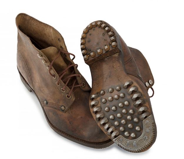 Oude militaire schoenen op wit
