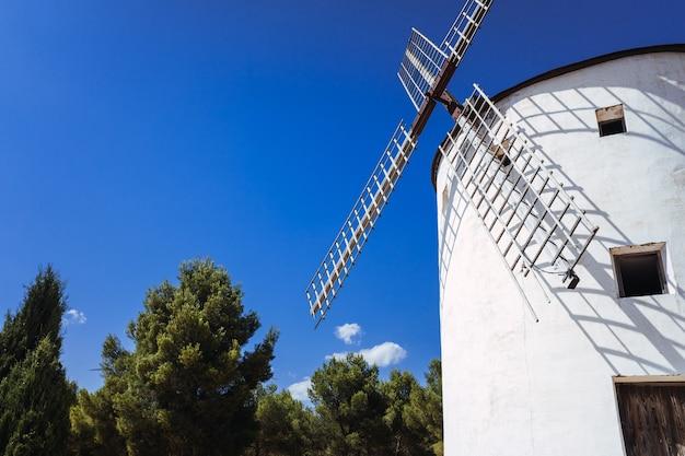 Oude molen uit la mancha, bewogen door de wind, om granen te malen.