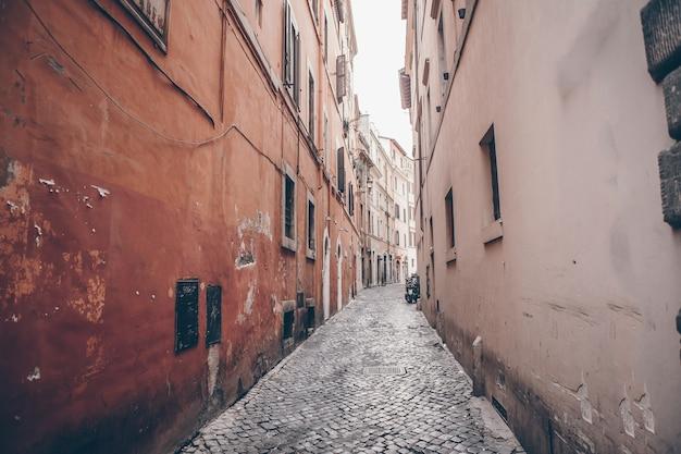 Oude mooie lege smalle straatjes in de kleine stad lucca in italië