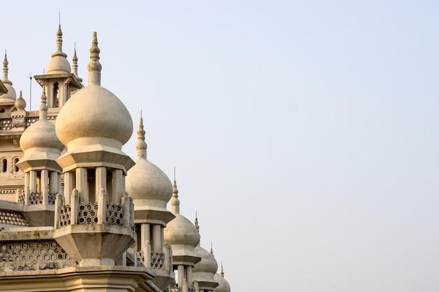 Oude moskeekoepel onder de bewolkte hemel met exemplaarruimte
