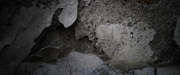 Oude muur met afbladderende verf op een cementoppervlak
