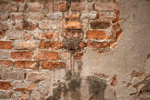 Oude muur werd vernietigd, gebouwd van rode bakstenen.