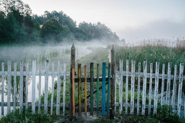 Oude non-ferro hek langs het pad door de rivier