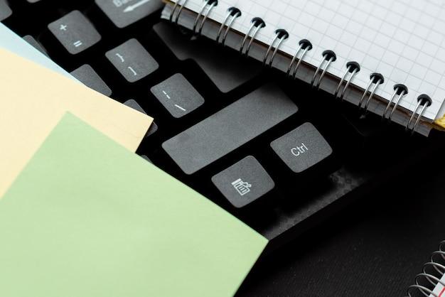 Oude notities opnieuw typen, tekstspelletjes spelen, typsnelheid testen, transcripties typen, nieuwe gedichten beginnen, romans met vrienden, familie chatten, wereldwijde communicatie