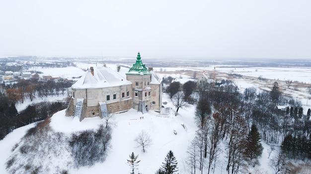 Oude olesky kasteel in oekraïne luchtfoto in de winter met sneeuw
