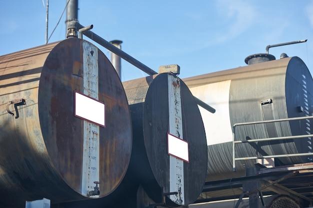 Oude olietank op blauwe hemelachtergrond in energieconcept