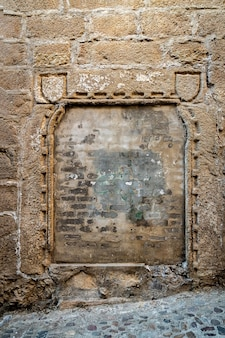 Oude ommuurde deur in het oude centrum van caceres. spanje.