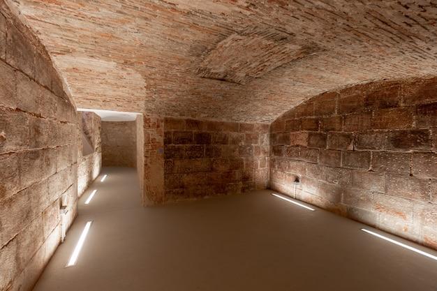Oude ondergrondse kelders van een kasteel