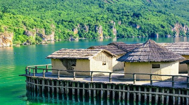 Oude oude dorpsreconstructie aan het meer van ohrid in macedonië