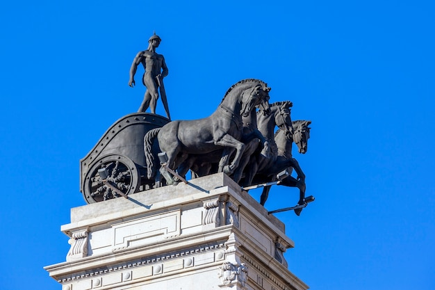 Oude paard en buggy standbeeld in madrid spanje