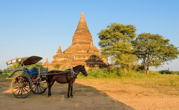 Oude pagode en paardkar in bagan, myanmar