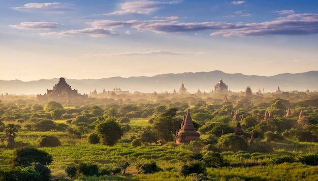 Oude pagodes in de archeologische zone van bagan in bagan, myanmar