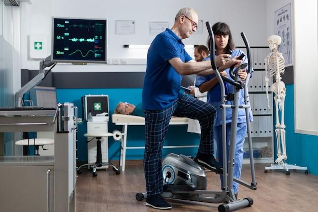 Oude patiënt die lichaamsbeweging doet en hartslag meet