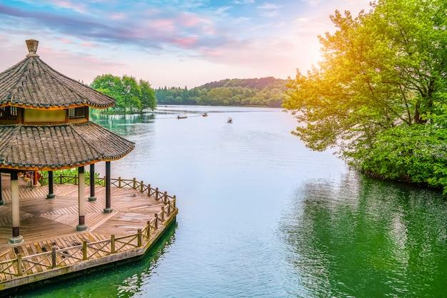 Oude paviljoen en landschap landschap van west lake in hangzhou